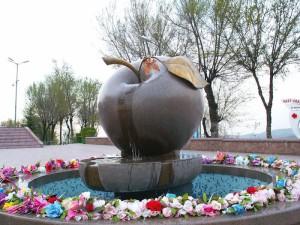 Памятник яблоку в г.Алма-Ата